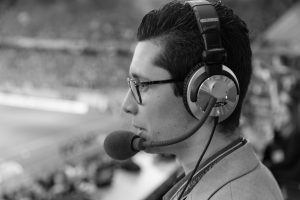 Audio2-Kommentator bei Live-Audiodeskription im Stadion