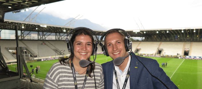 AUDIO2-KommentatorInnen bei der Audiodeskription im Stadion