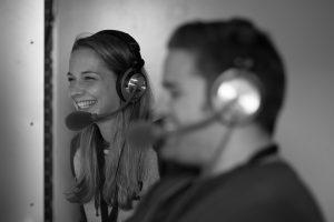 Audiodeskription: KommentatorInnen bei der Arbeit